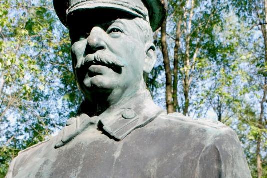 В Новосибирске предложили установить памятник Сталину с расстрельными списками в руках
