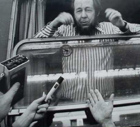 «Каждый советский писатель призван быть идейным борцом на фронте культуры». 40 лет назад отправили в ссылку Соженицына