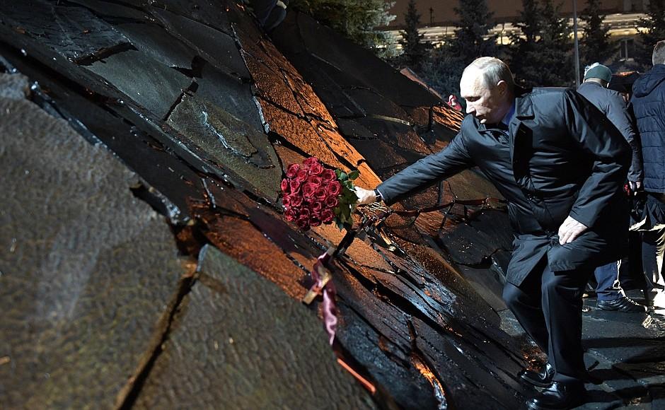 «Грандиозный и пронзительный» монумент. В Москве открыли памятник жертвам репрессий