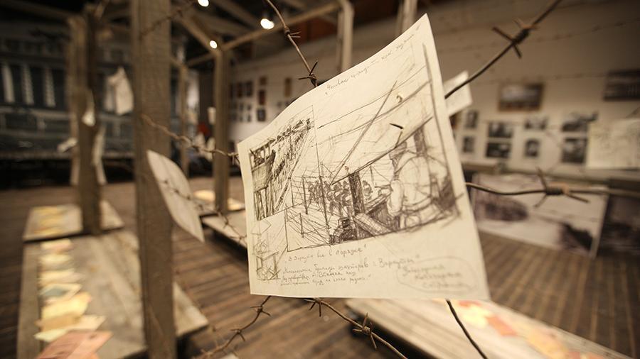 Выжить играя: в Москве рассказали об искусстве за колючей проволокой
