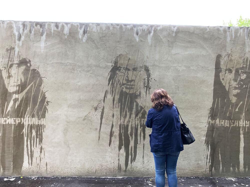 На стене около Музея истории ГУЛАГа в Москве появились портреты репрессированных деятелей, проступающие только после дождя