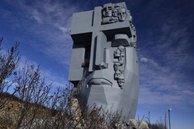 В Магадане начались работы по реставрации мемориала «Маска Скорби». Ей возвратят прежний вид