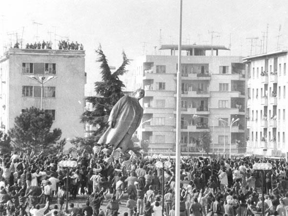1991 год. Снос памятника Энверну Ходже в Тиране, Албания