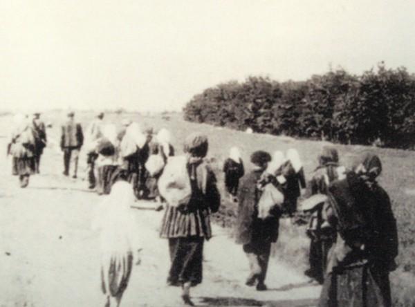 Репродукция с фотографии «Голодные селяне покидают села в поисках еды» (1933 г.) А.Винербергера
